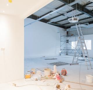 Der frisch gestrichene Vorraum mit Blick in den großen Trainingsraum
