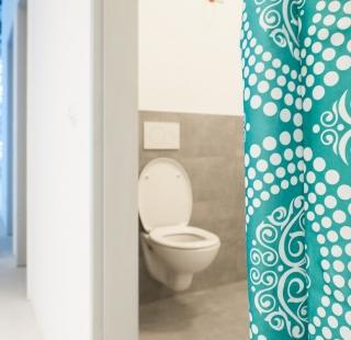 Ein Duschvorhang schützt die Baustellentoilette vor Blicken