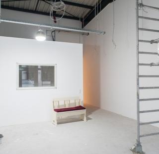 Frisch gestrichener Eingangsbereich mit kleiner Sitzbank