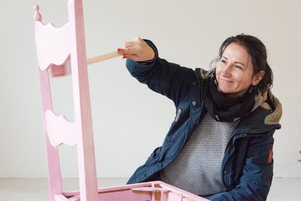 Anja streicht ihre Vintage-Stühle in Pink