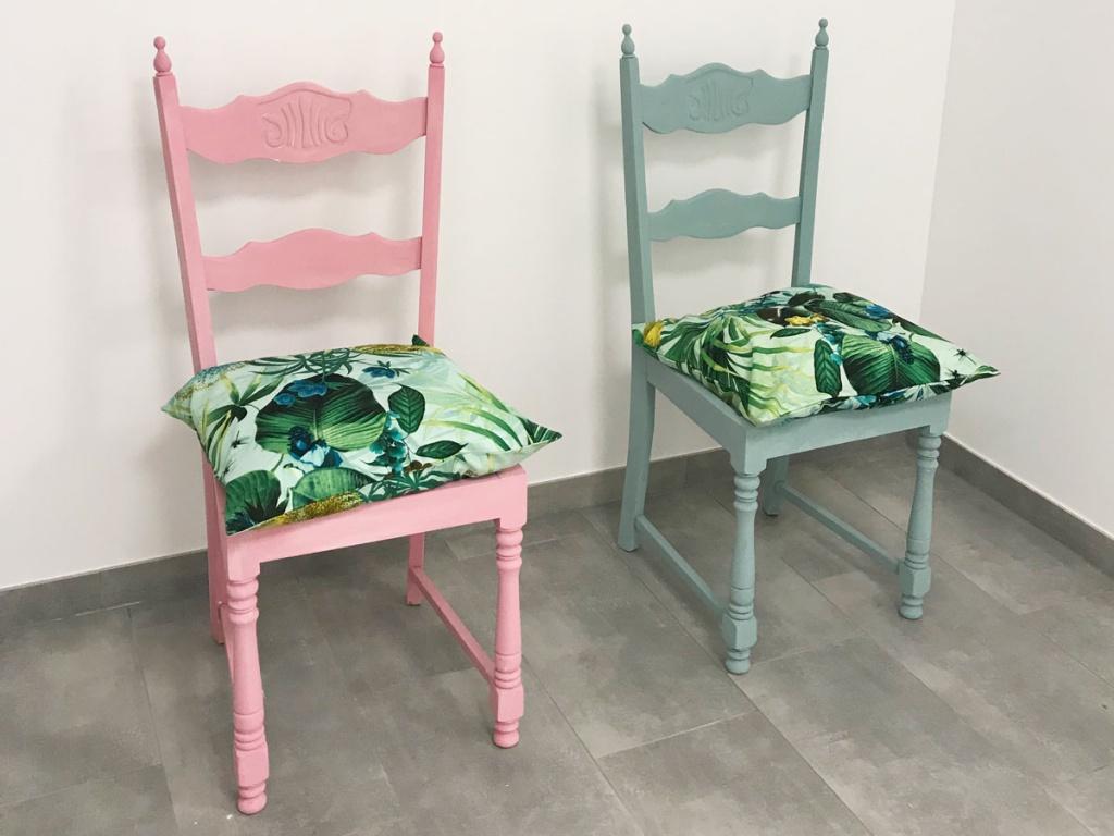 2 fertig gestrichene Vintage-Stühle mit Kissen