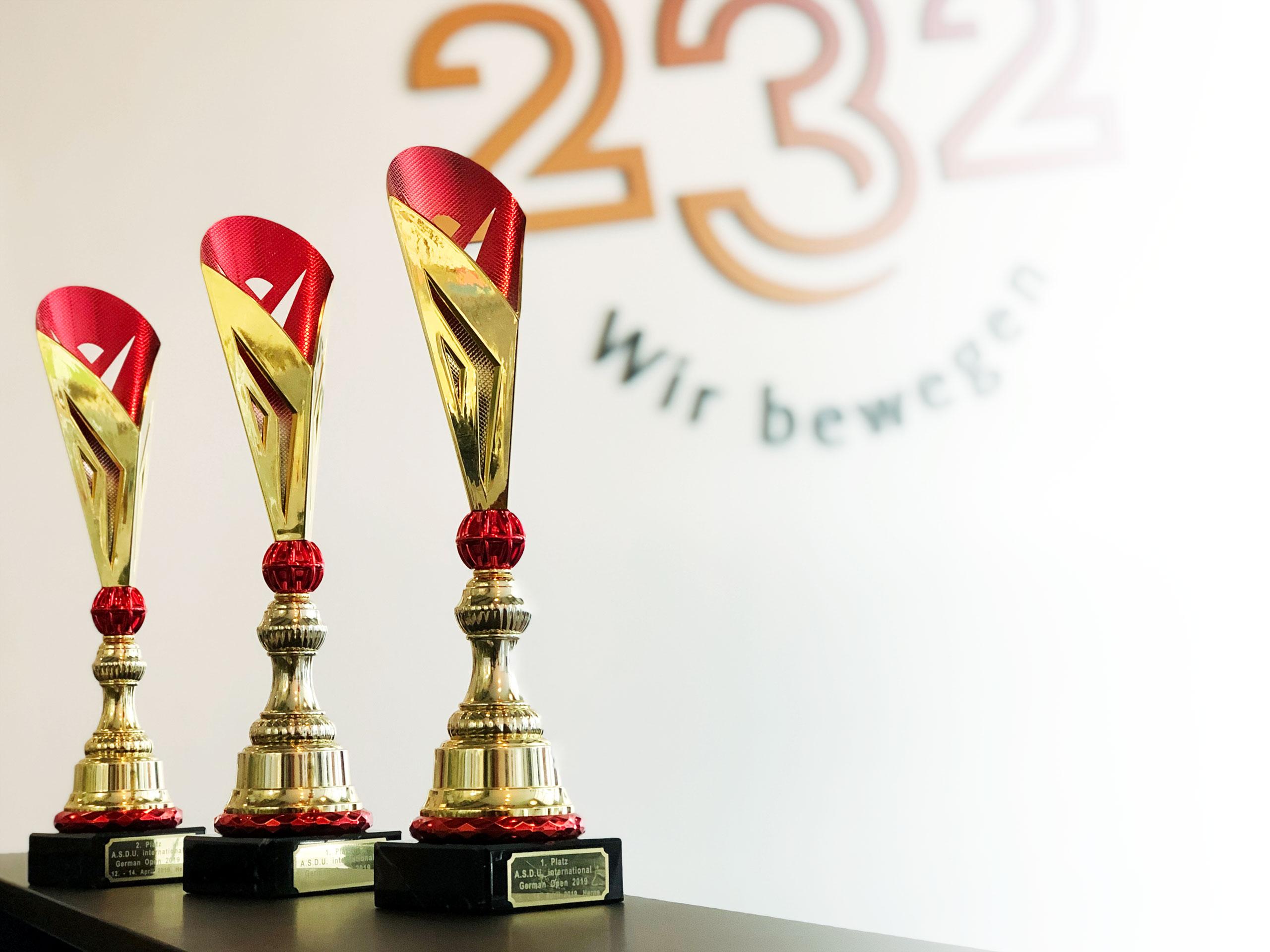 Drei von sechs Pokalen der German Open 2019 für das Studio 232