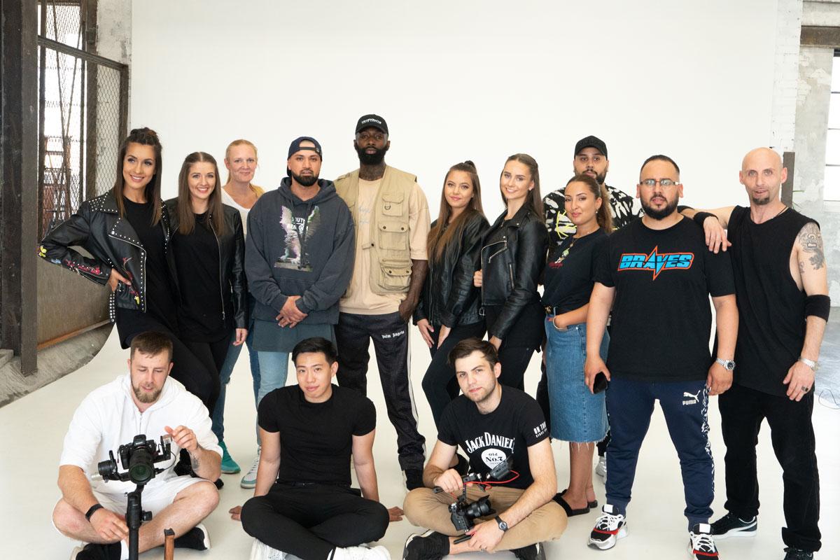 """Das gesamte Filmteam von der Videoproduktion zum Song """"EGAL"""" von Benyamin Omrani & Micel O, mit Tänzerinnen des Studio 232"""
